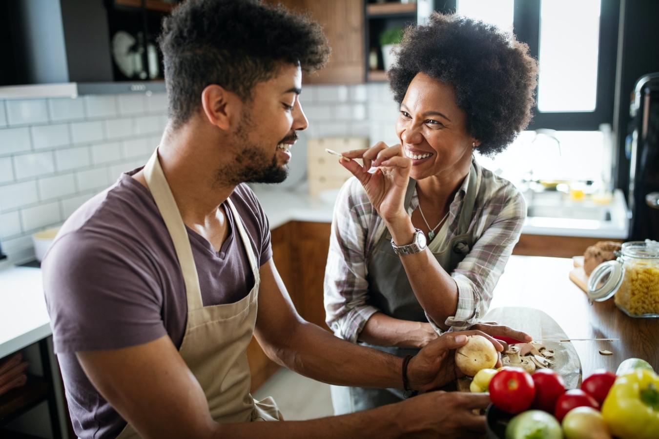 Glückliches Paar, das gesundes Essen in der Küche zubereitet