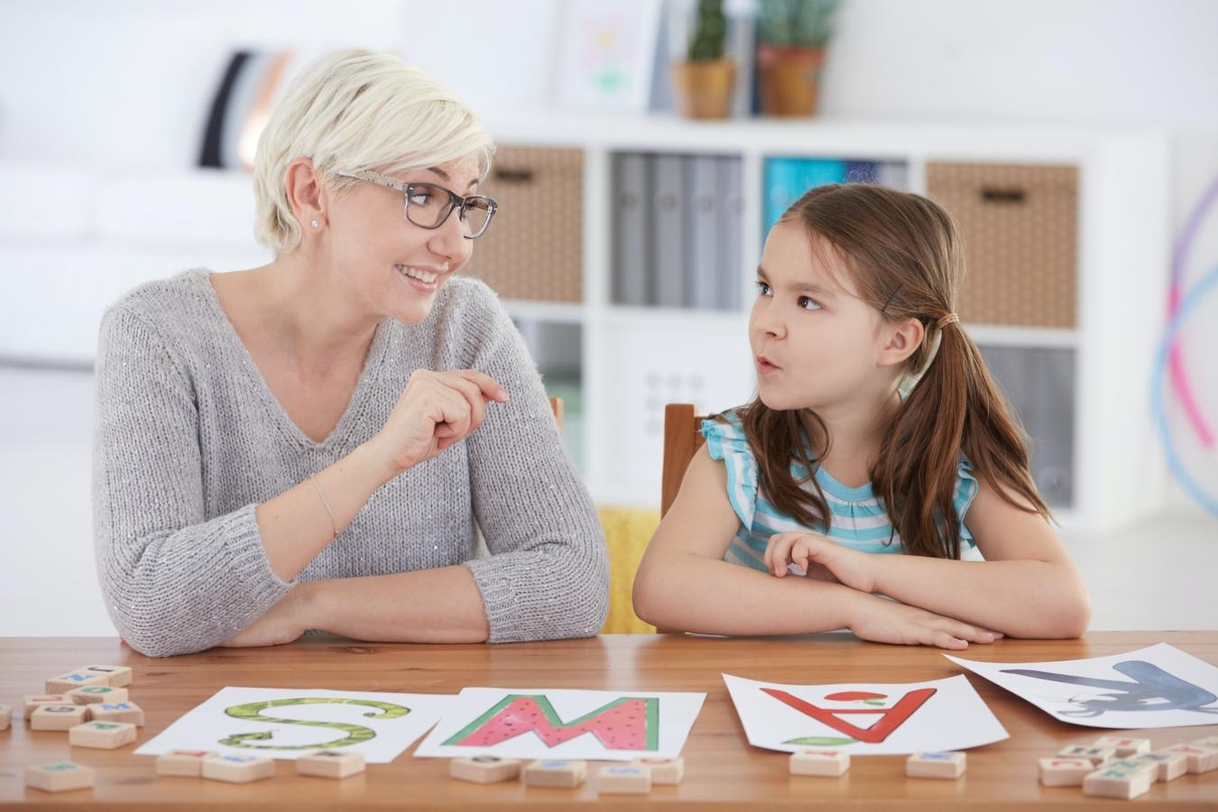 Studium des Alphabet mit Lehrer