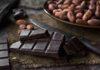 Stücke von Schokolade und Kakaosamen