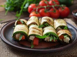 Zucchini rolls with cheese, bell peppers and arugula