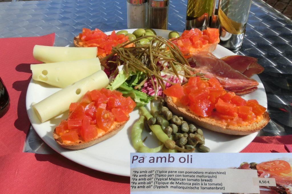 Pa amb oli mit Oliven und anderen mallorquinischen Spezialitäten