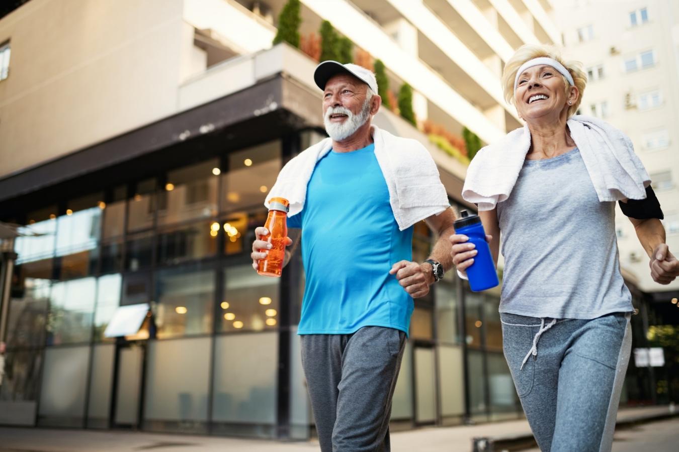Gerne ältere Leute, die laufen, um helathy bleiben und Gewicht verlieren